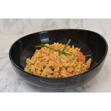 Koude pasta met wortel en maïs